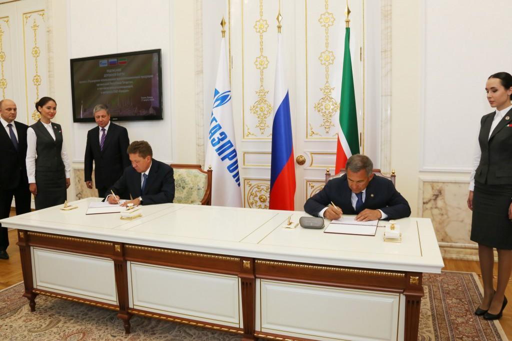 Алексей Миллер и Рустам Минниханов во время подписания