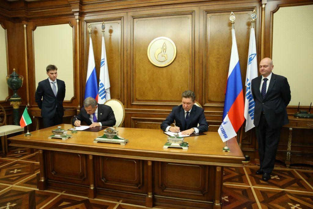 Рустам Минниханов и Алексей Миллер во время подписания Соглашения о научно-техническом сотрудничестве и партнерстве